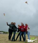 <h5>Teamfoto met de vlieger in de lucht.</h5><p>Mooi moment als de teamvlieger tegen hun eigen verwachting in toch heel goed blijkt te vliegen! Job well done mensen!</p>