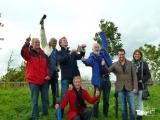 <h5>Het team met hun vlieger in de lucht.</h5><p>Alle neuzen dezelfde kant op!</p>
