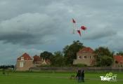 <h5>Lancering van een bijzondere vlieger</h5><p>Deze reuzenvlieger was eerst niet de lucht in te krijgen. Daarna hebben ze steeds meer doek weg geknipt en warempel.....toen er bijna geen doek meer op zat vloog ie opeens! grote klasse!</p>