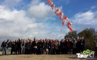 <h5>De vliegertrein in de lucht</h5><p>Mooie teamfoto met de vliegertrein in de lucht op strand nulde. Leuke vergaderbreak!</p>