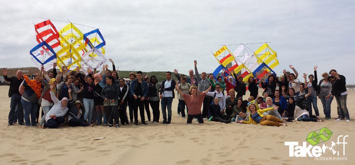 Teamfoto met de twee Megavliegers op het strand van Scheveningen.