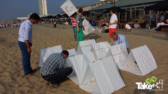 Opbouwen van de Megavlieger op het strand.