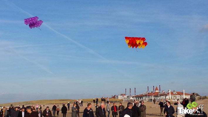 Megavliegers boven het strand in Noordwijk.