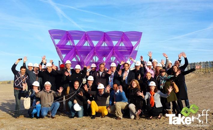 Megavlieger bouwen in Noordwijk.