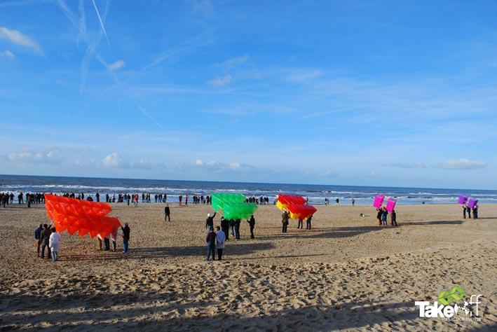 5 Megavliegers op het strand van Noordwijk klaar voor de start. Iedere vlieger stond metafoor voor één divisie van deze wereldwijde organisatie.