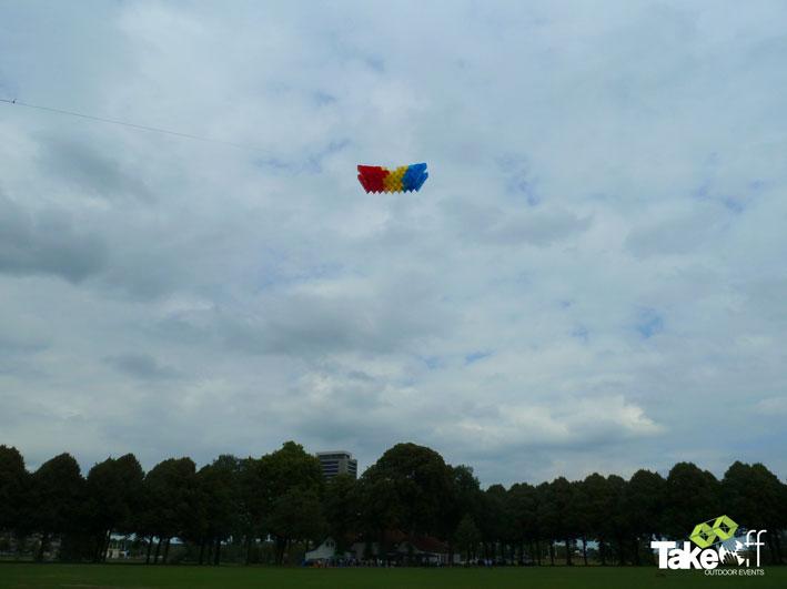 Megavlieger hoog in de lucht boven Den Bosch. Teambuilding met 180 personen.