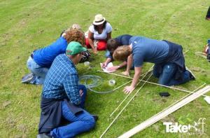Bedrijfsuitje Edutopics in Enkhuizen. Reuzevliegers bouwen in teamverband.