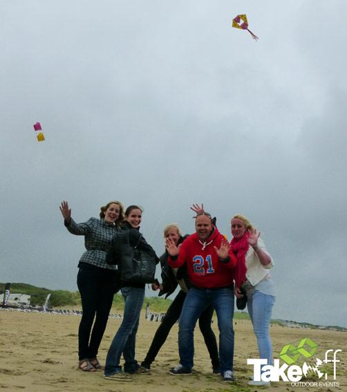 vliegers bouwen in rockanje bij Salsa Beach club