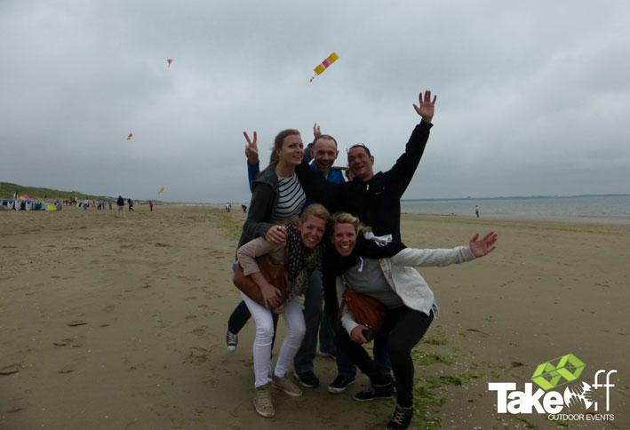 Bedrijfsuitje vliegers bouwen op het strand.