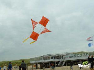 Reuzevlieger boven strandpaviljoen SB Noord.