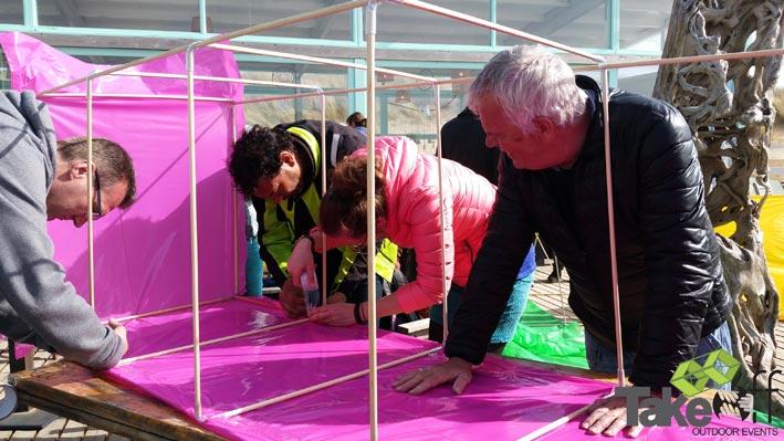 Reuzevlieger bouwen in Scheveningen voor een bedrijfsuitje van De Haagse Hogeschool.