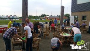Bedrijfsuitje in Twente, lekker bouwen op het terras aan een gezamenlijke team opdracht.