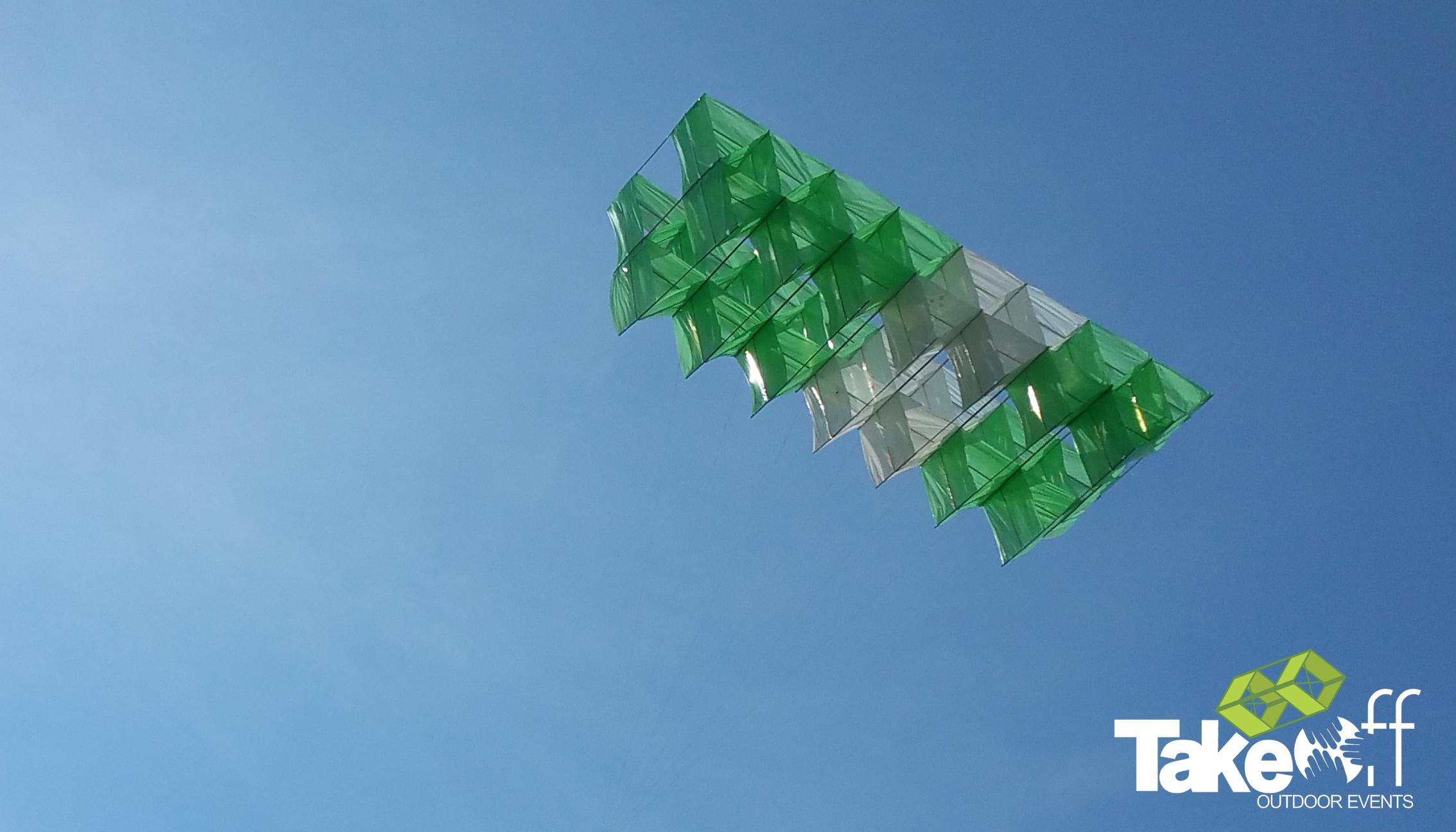 Megavlieger hoog in de lucht boven Twente tijdens dit bedrijfsuitje voor Siemens.