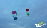 <h5>Reuzevliegers in de lucht.</h5><p>Twee Reuzevliegers in de lucht. Zo is moeilijk te zien hoe groot de vliegers nu echt zijn.</p>