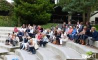 <h5>Deelnemers krijgen uitleg</h5><p>De deelnemers krijgen uitleg over de workshop waarbij ze met zijn allen één hele grote Megavlieger gaan bouwen.</p>