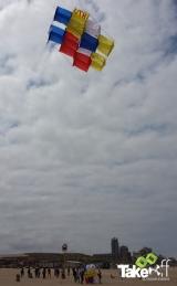 <h5>De eerste teamvlieger gaat de lucht in</h5><p>De eerste Megavlieger wordt gelanceerd in de harde wind op het Scheveningse strand.</p>