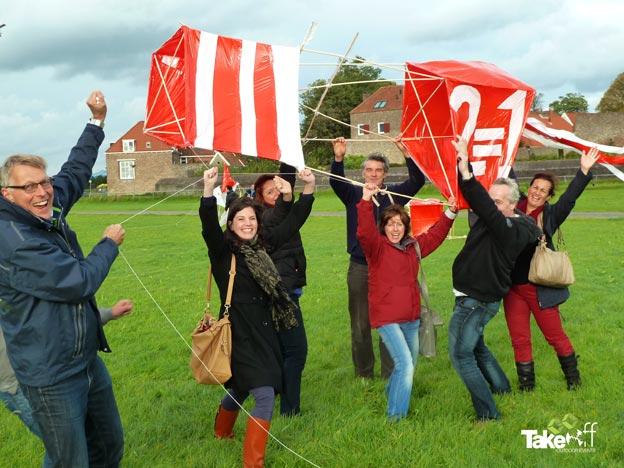 Teamfoto bij het oplaten van de Reuzenvlieger.
