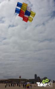 Megavlieger hoog in de lucht boven scheveningen.