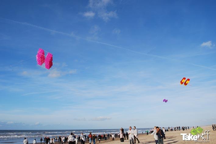 Megavliegers in de lucht boven het strand van Noordwijk. Ruim 250 mensen kijken toe.