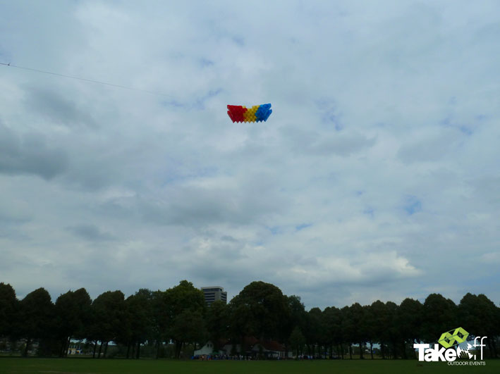 Megavlieger hoog in de lucht boven Den Bosch met op de achtergrond het Provinciehuis.