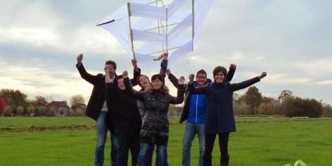 Reuzevlieger bouwen in een teambuilding workshop.