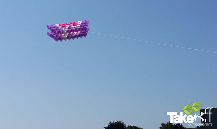 Bedrijfsuitje in de Achterhoek met een gigantische Megavlieger. De Megavlieger is gebouwd door 200 personen