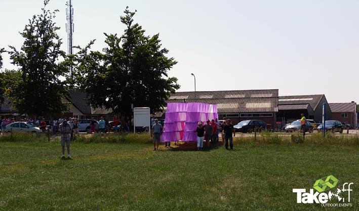 De Megavlieger wordt het weiland opgedragen voor de lancering.