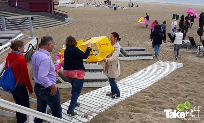 Spannend moment als de vliegers het strand op gaan, zullen ze écht vliegen??