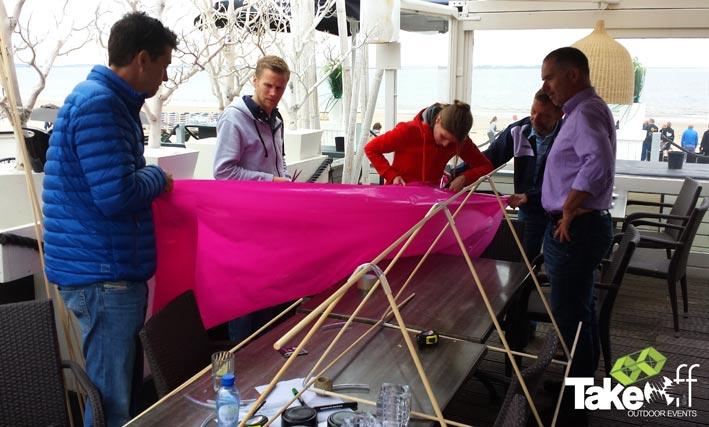 Bedrijfsuitje strand, workshop vliegers bouwen.