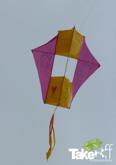 Hele mooie vlieger hoog in de lucht. De vlieger is gebouwd tijdens deze leuke workshop voor een bedrijfsuitje.