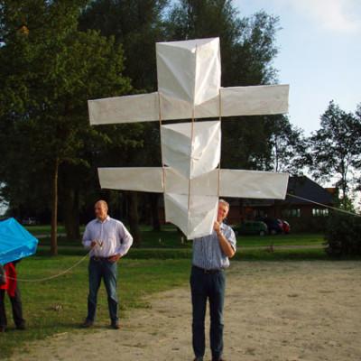 workshop vliegers bouwen bij Pitch & Putt in Harderwijk. Leuk voor bedrijfsuitje!