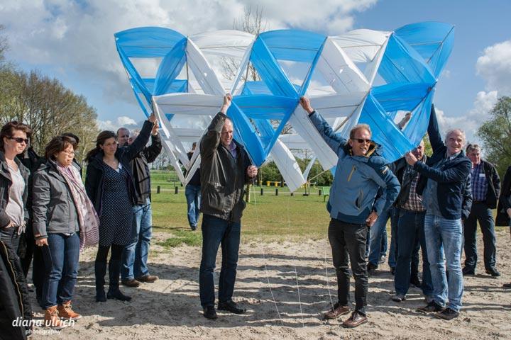 Deelnemers houden vlieger klaar voor de start.