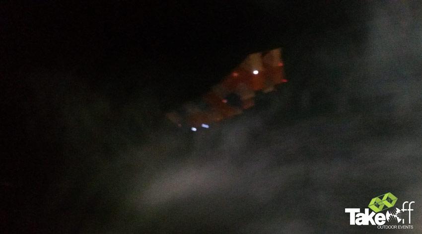 De Megavlieger stijgt door enkele flarden mist omhoog.