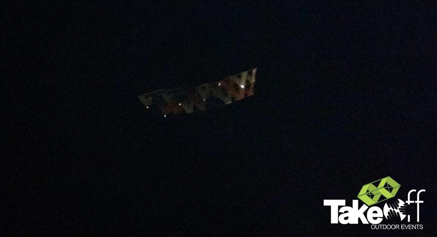 Megavlieger hoog in de donkere lucht.