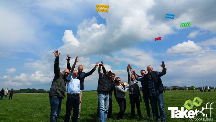 Teamfoto met de megavlieger.