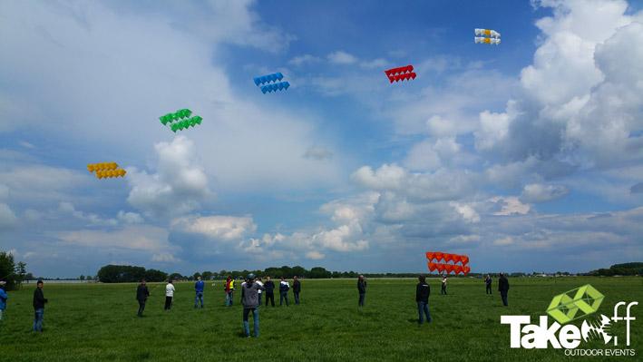 Zes hele mooie Megavliegers in de lucht aan het einde van de workshop Megavlieger bouwen.