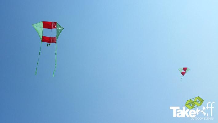 Twee zelf gebouwde vliegers in de lucht bij Scheveningen.