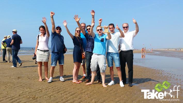 Een groep juichende vliegerbouwers omdat hun vlieger de beste vlieger van vandaag was.
