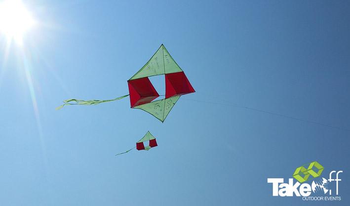 Twee reuzevliegers mooi naast elkaar in de lucht.