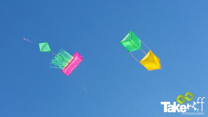 Twee zelfgebouwde Reuzevliegers in de lucht boven het strand van Scheveningen.
