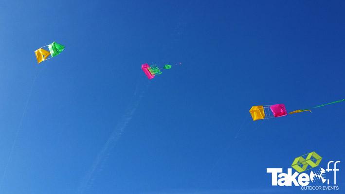 Drie kleurrijke zelf gebouwde Reuzevliegers hoog in de lucht boven Scheveningen.