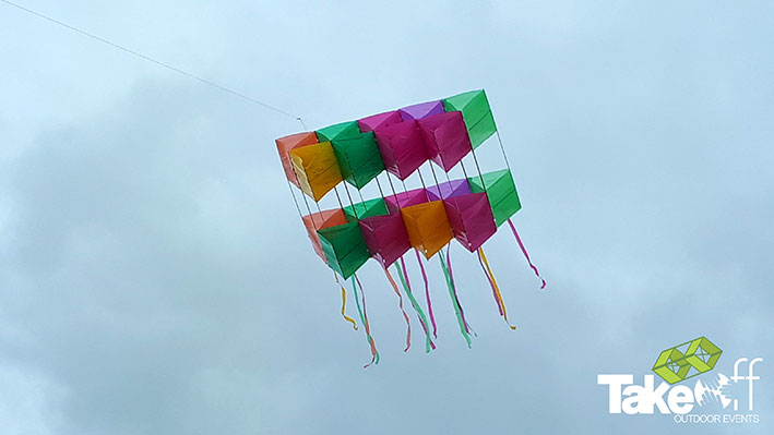 Megavlieger in de lucht boven Castricum.