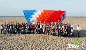 Megavlieger bouwen op de Brouwersdam tijdens een bedrijfsuitje met 200 personen. (niet iedereen staat op de foto!)