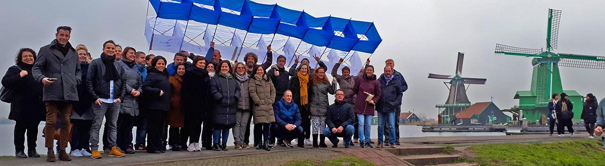 Teambuilding workshop in de Zaanse Schans. Met zijn allen samenwerken aan één teamvlieger!