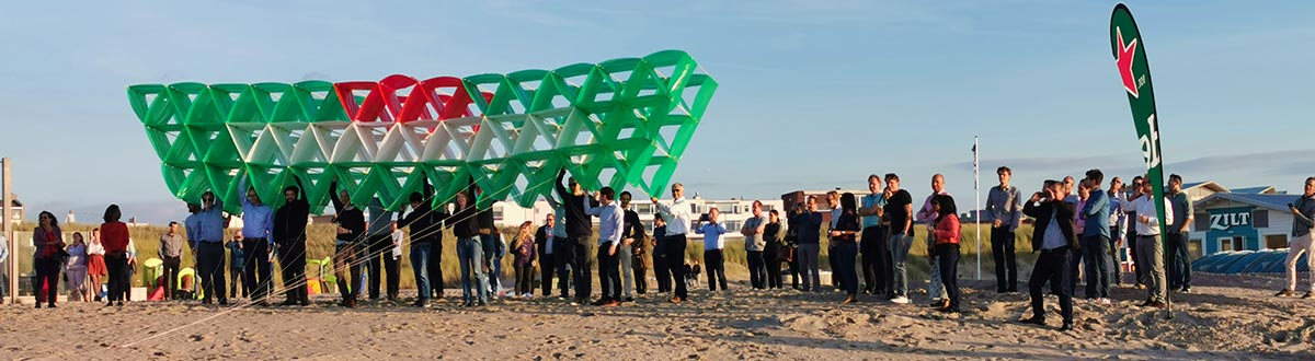 Megavlieger startklaar in Katwijk op het strand.