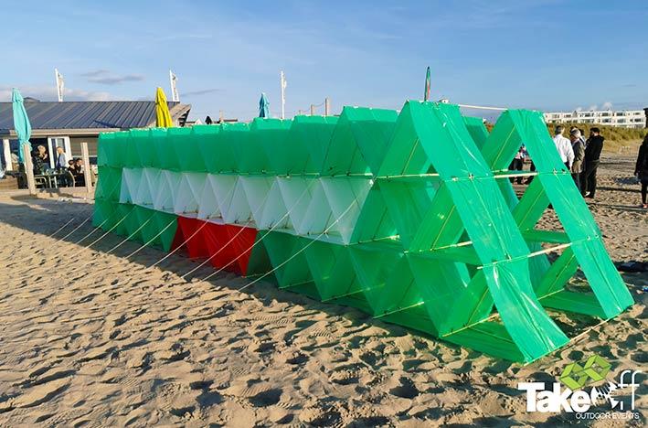 Megavlieger bouwen op het strand in Katwijk.
