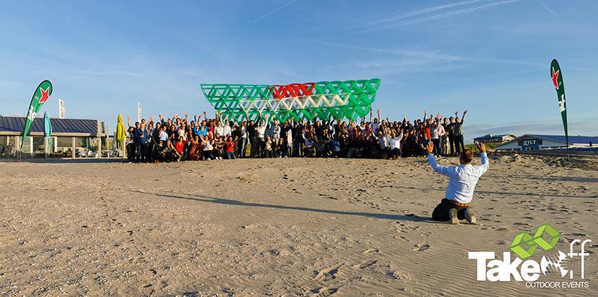 Teamfoto met 140 personen die zojuist deze prachtige Megavlieger hebben gebouwd. Erg leuke teambuilding workshop voor grotere groepen!