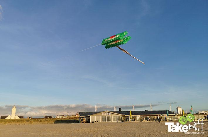 Megavlieger hoog boven het strand in Katwijk, er stond amper windkracht 1 en tóch kreeg men deze enorme vlieger de lucht in!!