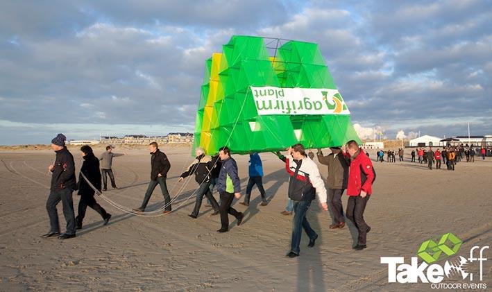 We brengen de Megavlieger naar de lanceerlocatie op het strand. Ruimte genoeg voor het oplaten van de vlieger in de winter.